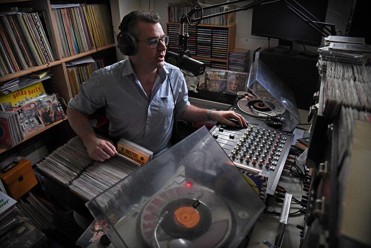Radiopiraat Erik Engelbertink alias Twentse Tukker draait elke woensdagavond voor radiostation Olympia, het grootste legale piratenstation van Nederland. Beeld Marcel van den Bergh / de Volkskrant