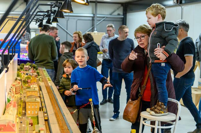 Stan, Sven en Ivar (vlnr) vinden het erg interessant. Ze kijken naar de treinen van Paul Poels, hij heeft een modelspoorwinkel in Uden.