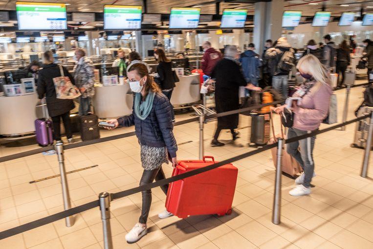 Vakantiegangers vertrekken begin deze week vanaf Schiphol naar Rhodos voor een testvakantie. Beeld Joris van Gennip
