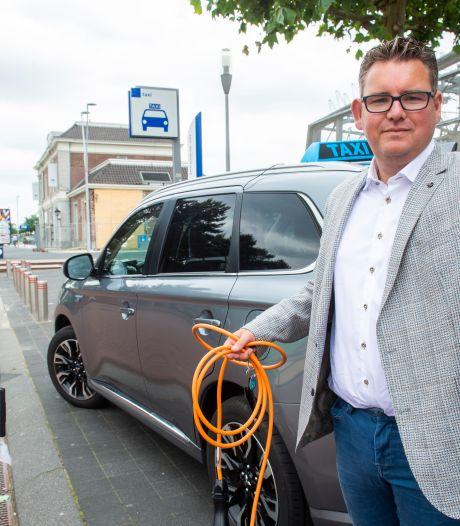 Milieubewuste taxichauffeurs Niels en Nonna rijden elektrisch, maar missen een laadpaal: 'Frustrerend'