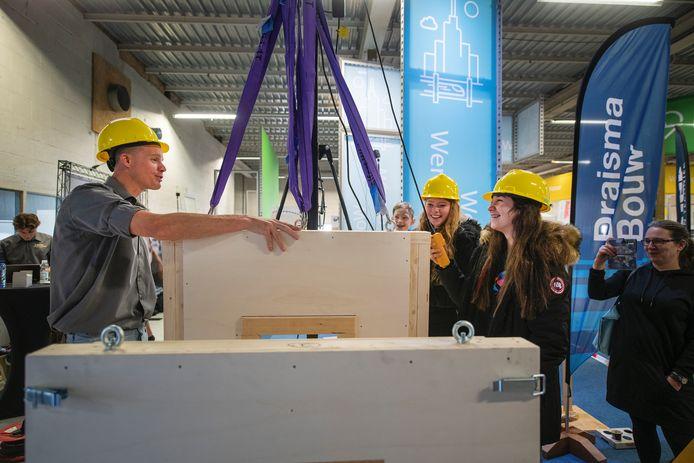 Angelina Swart (l) en Magdalena de Jonge (r) wagen zich onder begeleiding van Bouwmensen aan de bouw van een modulaire woning.