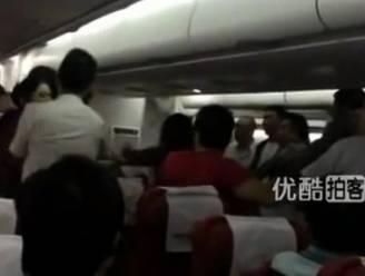 Passagiers vechten serieus robbertje uit tijdens vlucht
