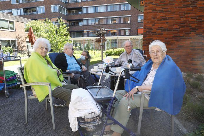 Een groepje bewoners van DrieMaasStede in Schiedam. De tweede van rechts is Ton Bunte.