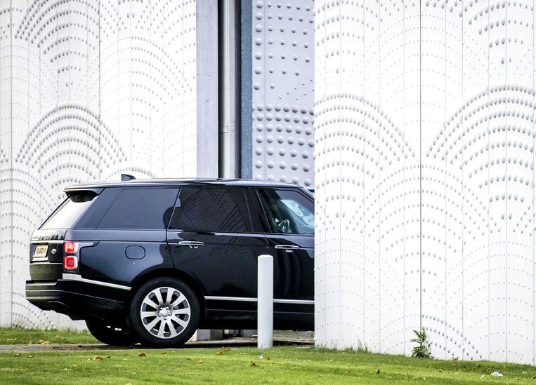 Een beveiligde auto komt aan bij de rechtbank, voor de voortzetting van het hoger beroep tegen Willem Holleeder. Beeld ANP