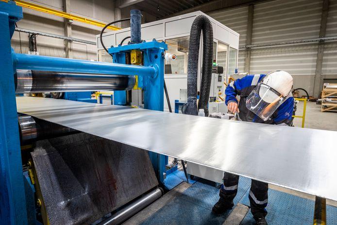 Controle van het gewalste zink in de nieuwe gieterij van NedZink in Budel.