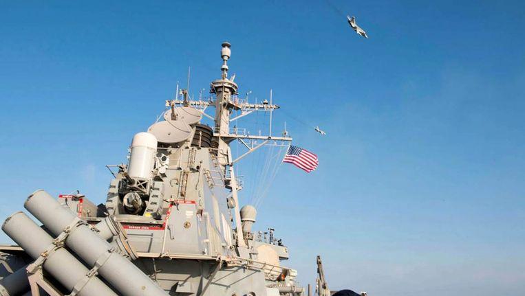 Een foto van de Amerikaanse marine waarop te zien zou zijn hoe Russische straaljagers over de Amerikaanse torpedojager vliegen.
