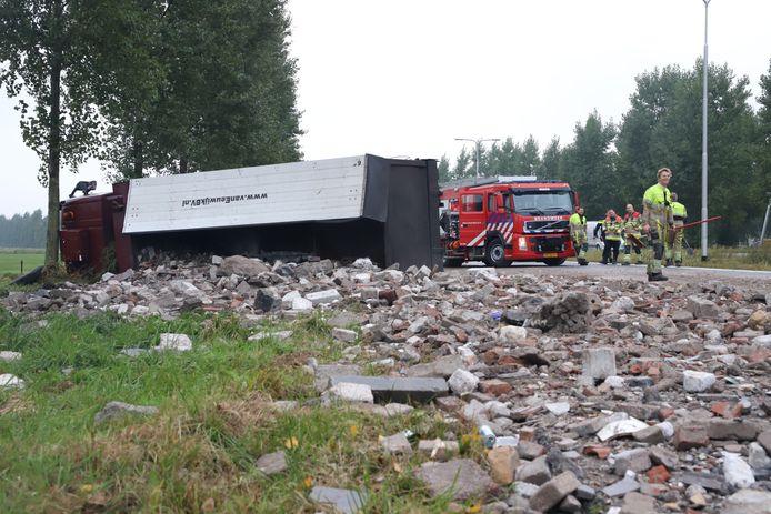 Een enorme puinhoop na het kantelen van de vrachtwagen bij Enspijk.