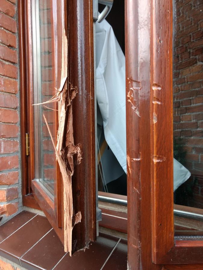 Schade aan openslaande ramen van de opkamer.