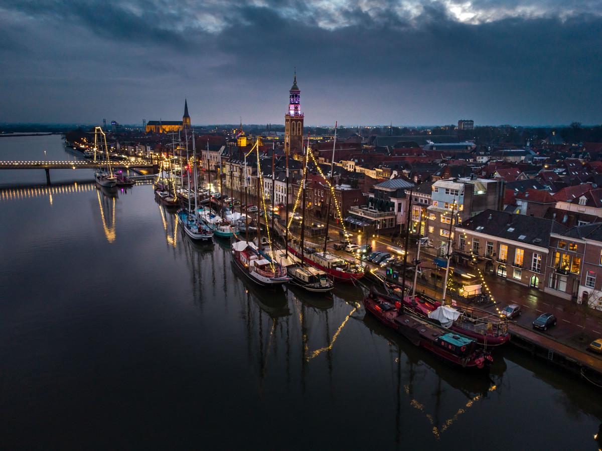 Een deel van de bruine vloot voor de kade van Kampen.