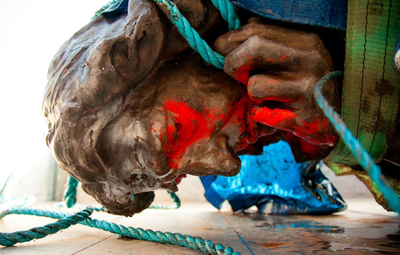 Een beeld van Edward Colston wordt uit de haven van Bristol gehaald, nadat het er door activisten in werd gegooid. Colston bracht in de 17de eeuw door middel van slavenhandel rijkdom naar de West-Engelse havenstad. Beeld AFP