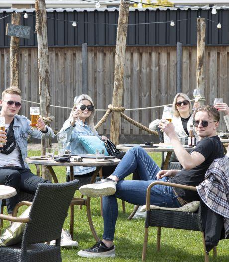De Budde-uitbater Edzard Poppema geniet van gasten op zijn Nijverdalse terras: 'Dit is, hoop ik, een nieuwe start'