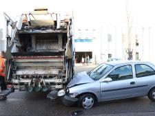 Vrouw klapt met auto op vuilniswagen in IJsselstein