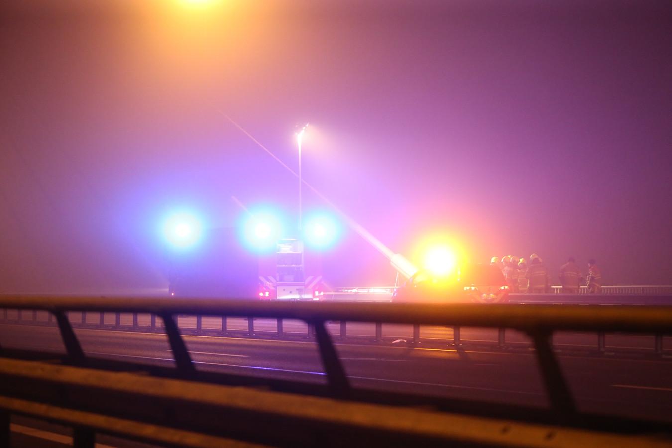 Tanker tegen pijler van spoorbrug gevaren op Waal bij Zaltbommel.