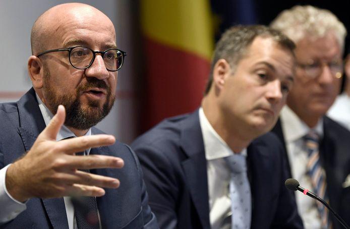 Open Vld-vicepremier Alexander De Croo (m.) zegt dat de waarschuwing de onderhandelende partijen moet aanmanen tot spoed.