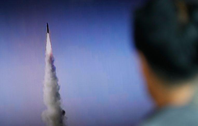 Een Zuid-Koreaanse man bekijkt een nieuwsuitzending over een recente raketlancering door Noord-Korea. Beeld epa