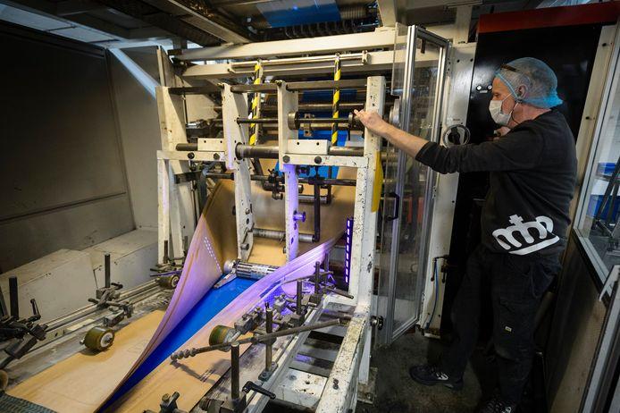 Op de werkvloer bij verpakkingsproducent Koninklijke Stempher: een machine vouwt een rol papier tot zakken.