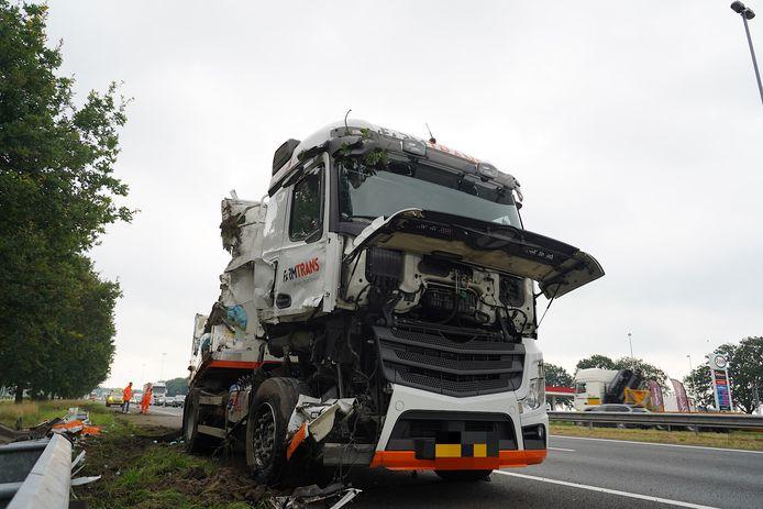 De beschadigde vrachtwagen.
