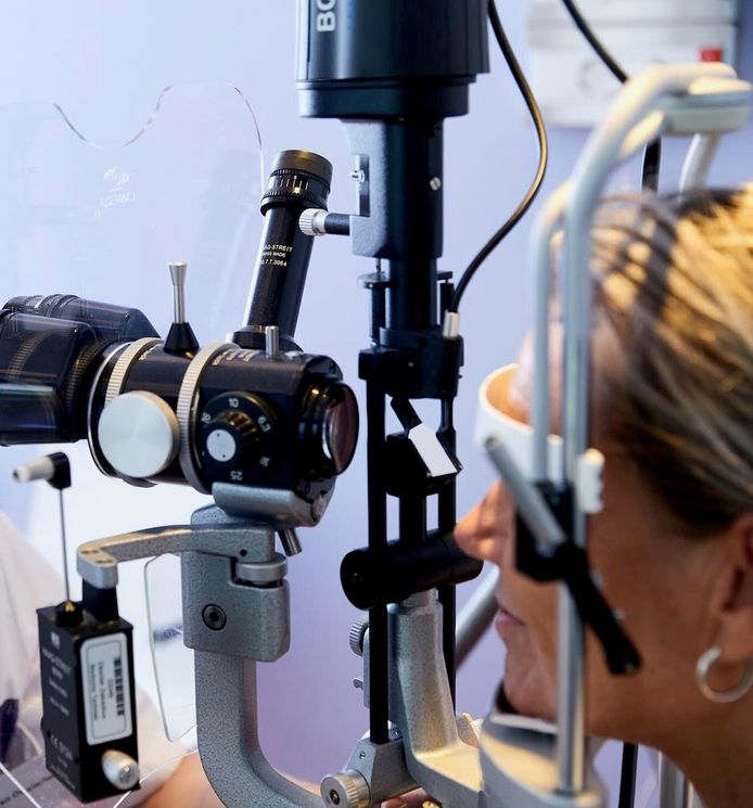 Voor de minder complexe oogziektes- en klachten kunnen mensen in Helmond/de Peel voortaan via de huisarts terecht bij de lokale opticiën/optometrist. Bij twijfel verwijst die direct door naar de oogarts. Het is een maatregel om iets te doen aan de lange wachtlijsten voor oogzorg.