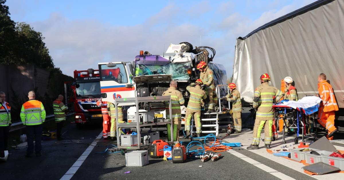 Auto belandt in sloot: baby overleeft ongeluk in Sprang-Capelle.