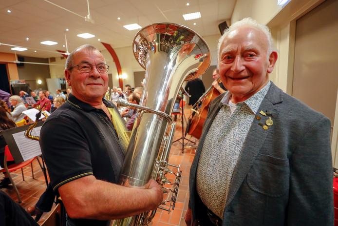 Jan van Lieshout (links) en Harrie Kox zijn gehuldigd bij het Zeelster muziekkorps.