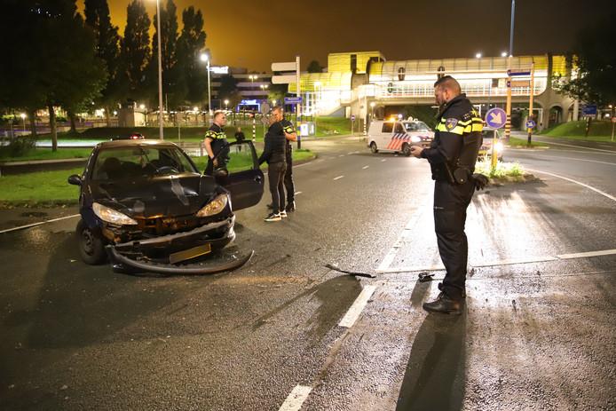 Zaterdagochtend 12 oktober is er omstreeks 02:00 een auto in botsing gekomen met een marktwagen op de Zuidweg in Zoetermeer.