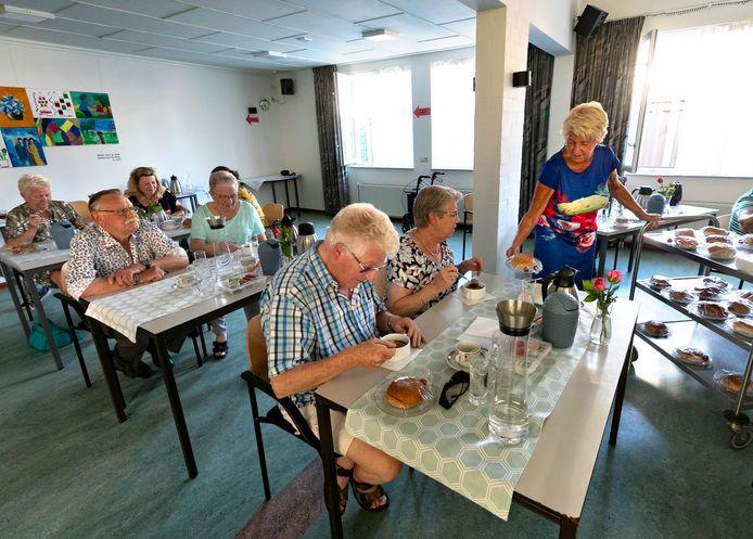 Halverwege de bijeenkomst waren er soep en broodjes voor de ouderen.