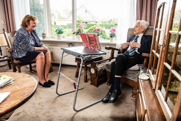 De heer O. Bij de Vaate viert zijn 105e verjaardag in gezelschap van burgemeester Liesbeth Spies