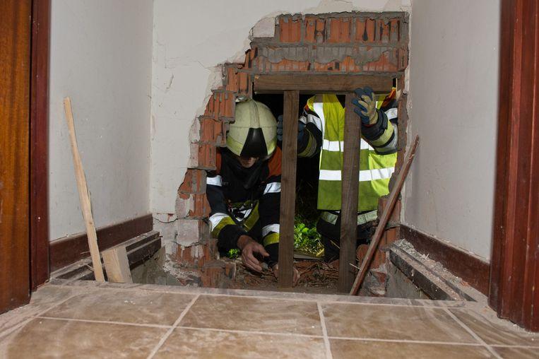 De brandweer stut het gat in de woning.