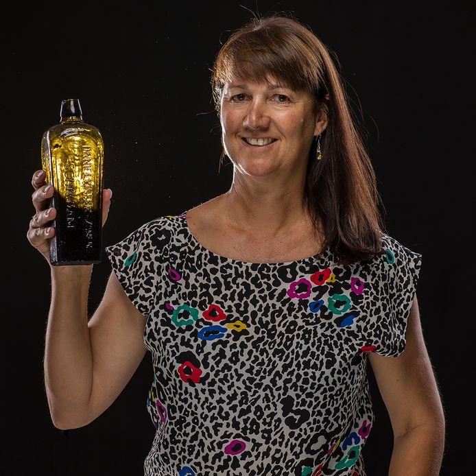 Tonya Illman uit Perth die de jeneverfles uit Schiedam met brief vond.