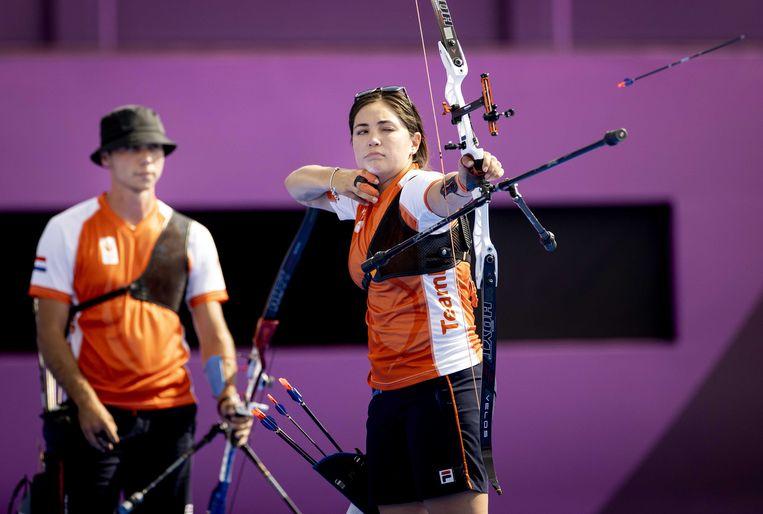 Gabriela Schloesser-Bayardo en Steve Wijler (links) in actie tijdens de kwartfinale van het handboogschieten voor gemengde teams op de Olympische Spelen.  Beeld Koen van Weel / ANP