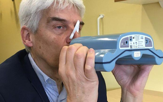 Een patiënt gebruikt de e-nose in een onderzoek naar longkanker.