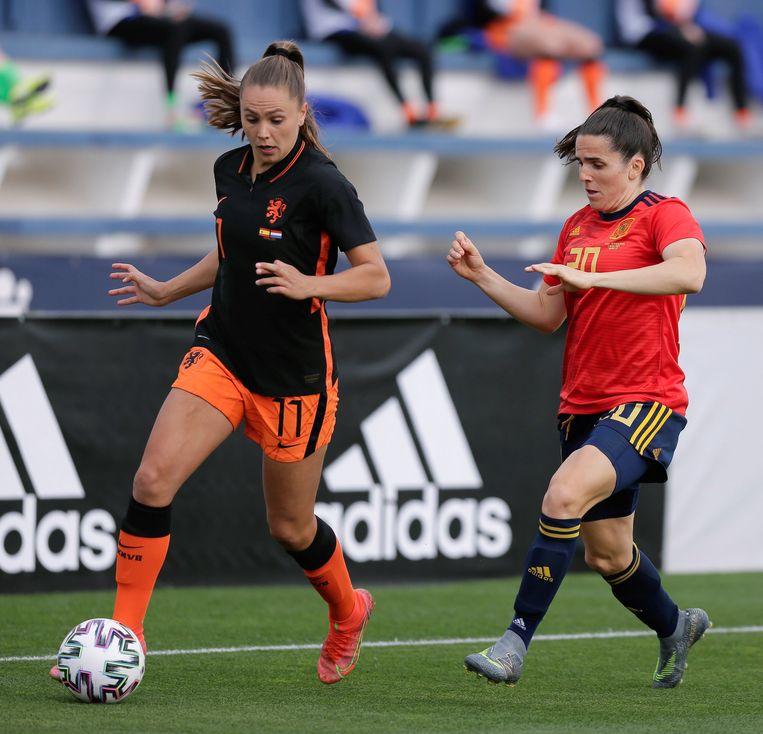 Lieke Martens en Spaans verdediger Andrea Preira. Beeld EPA