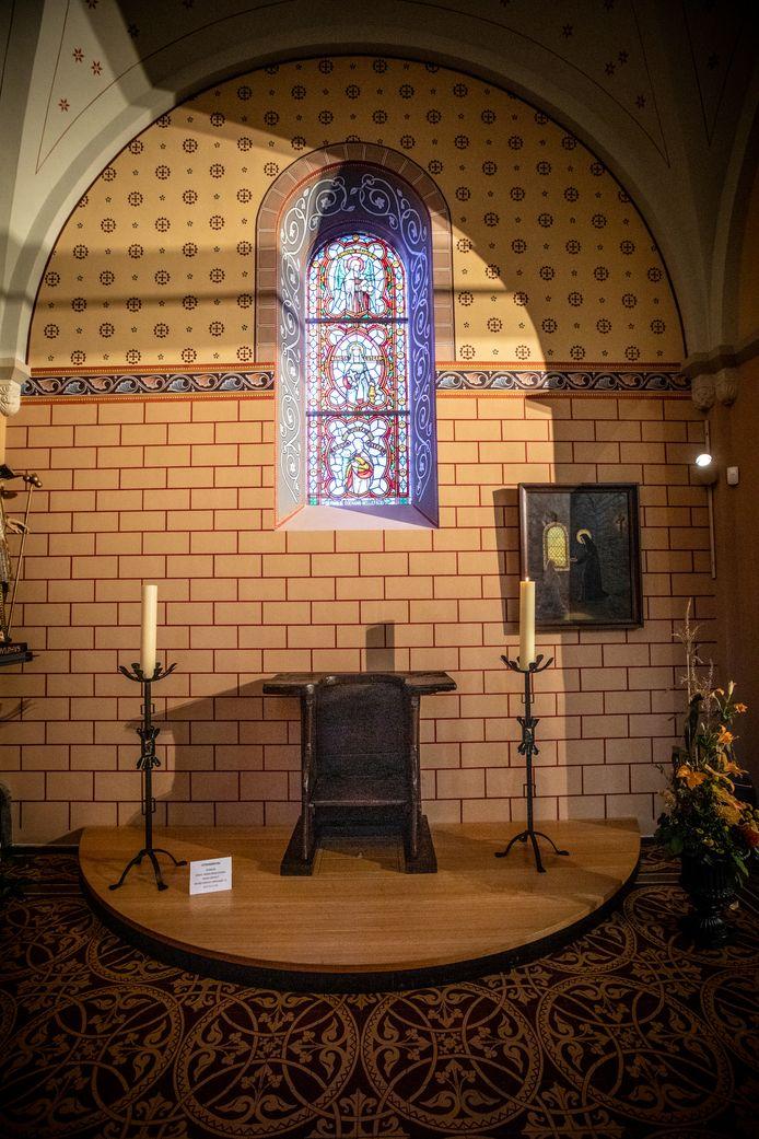 Sinds 2020 heeft de Sint-Lutgardisstoel een mooie plek aan het glasraam van de mystieke vrouwen in de kerk van Borgloon.