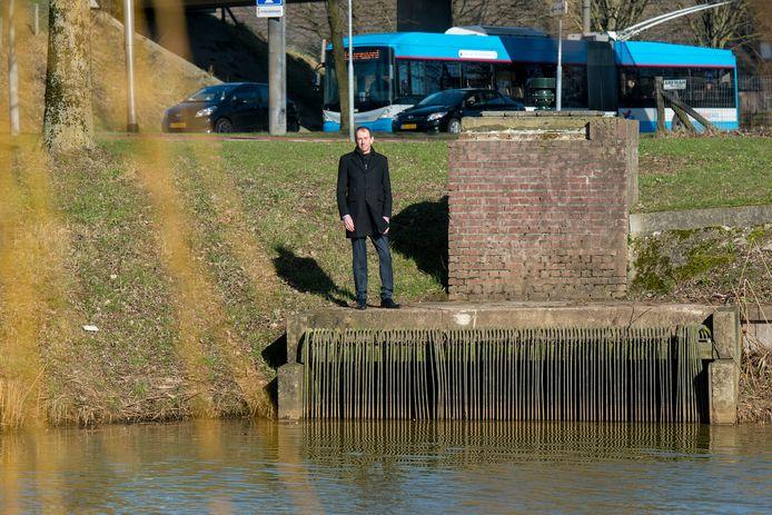 Peter Wolbert van ENGIE bij het gemaal Vredenburg, dat een rol kan spelen in de warmte- en koudevoorziening van twee grote kantoren aan de Groningensingel.