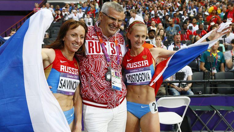 Op deze foto de Russische atleten, Mariya Savinova, winnares van het goud op de 800m tijdens de zomerspelen in Londen, en Ekaterina Poistogova (R) winnares van het brons. Tussen hen in coach Vladimir Kazarin. De vrouwen zijn twee van de vijf Russische atleten die volgens de WADA gebannen zouden moeten worden uit de atletiek. Beeld epa