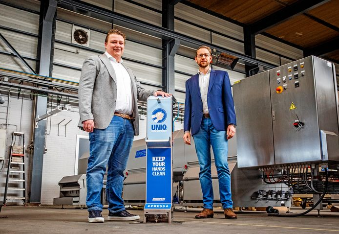 Roy (links) en Dennis (rechts) met hun dispenser machine.