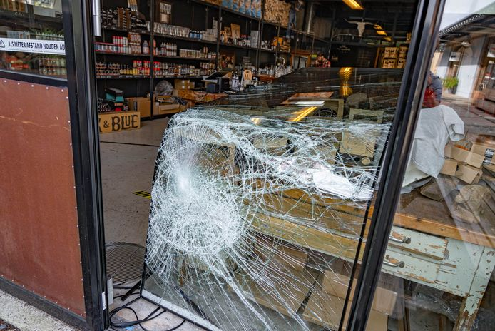 Bbq-winkel Black & Blue aan de Haterstseweg is maandagochtend ingebroken. De inbrekers hebben de kassalade meegenomen.