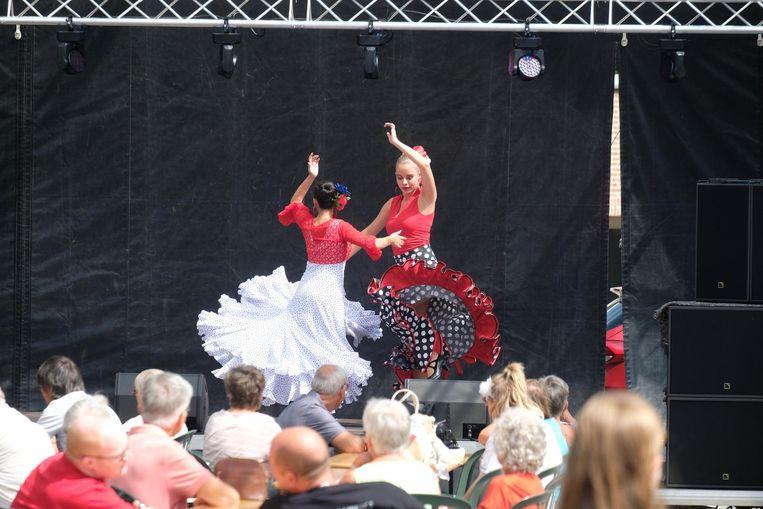 De passage van deze flamencodansers ging niet onopgemerkt voorbij.