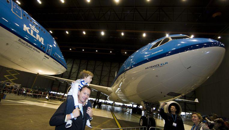Maandag delen vliegers van KLM, Martinair, Transavia en Arkefly op Schiphol folders in de vorm van instapkaarten uit. Foto ANP Beeld