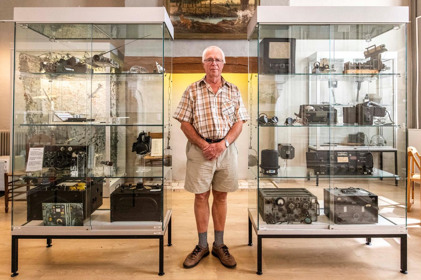 Jan Ottens in Museum Hulst waar hij in 2019 een tentoonstelling hield van door hem verzamelde communicatiemiddelen uit de de Tweede Wereldoorlog.