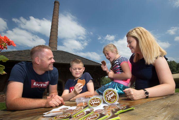 Niels en Mandy Detmar, de eigenaren van Stroopwafel Uniek met hun kinderen Joeri (11) en Yenthe (8).