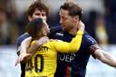 Rens van Eijden (links) in 'gevecht' met NAC-speler Marouan Azarkan tijdens de finale van de play-offs.