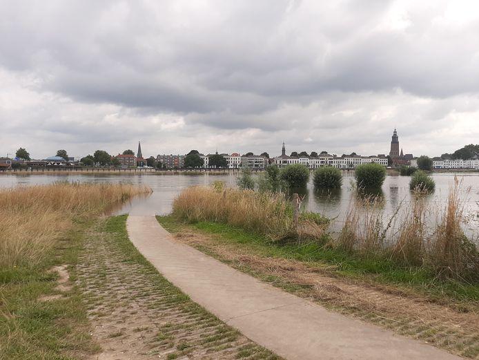 Hoog water in de IJssel in Zutphen.