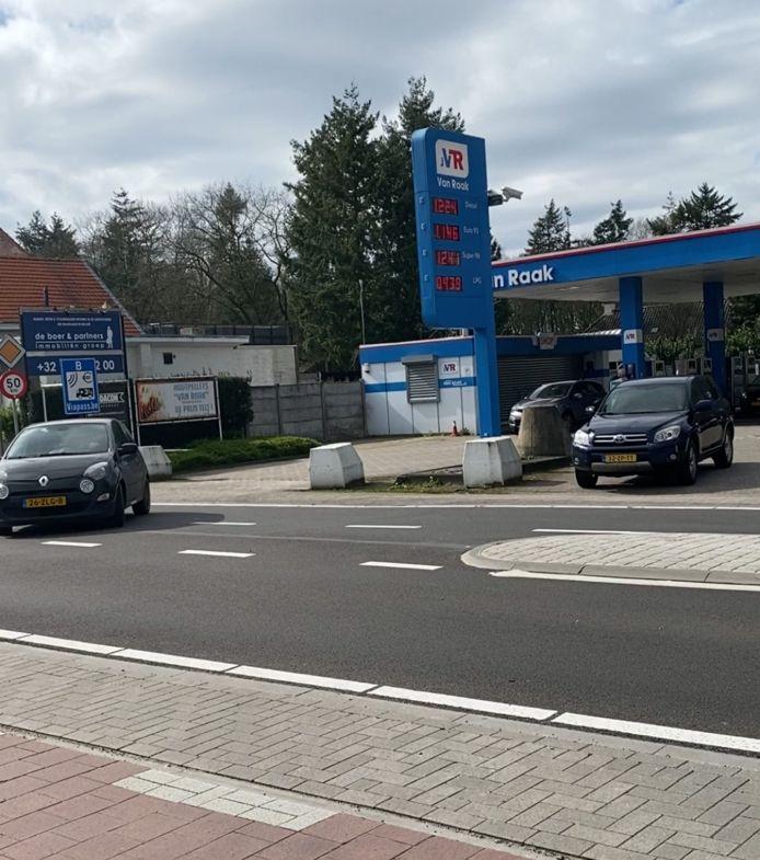 Tankstation Van Raak op de grens bij Poppel.