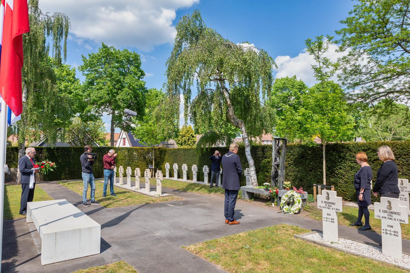 Ook vorig jaar kende Oosterhout een aangepaste dodenherdenking. Burgemeester Buijs wordt door de ORTS gefilmd tijdens een kranslegging.