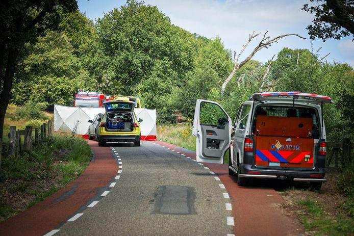 Een fietser kwam tijdens de afdaling van de Posbank ten val en moest gereanimeerd worden.