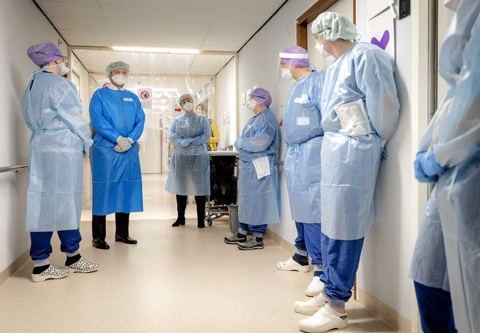 El rey Willem Alexander habla con el personal del hospital.