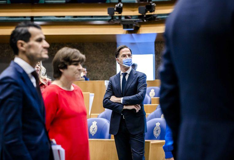 Mark Rutte (VVD) tijdens het debat in de Tweede Kamer over het eindverslag van de informateur. Op de voorgrond Denk-leider Farid Azarkan en fractieleider van de PvdA Lilianne Ploumen.  Beeld ANP