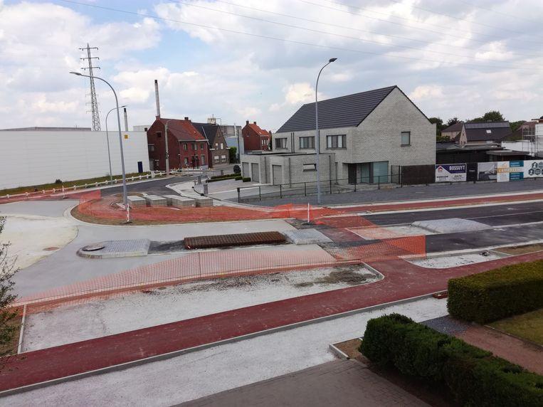 Het kruispunt aan Balta in Sint-Baafs-Vijve, dat de afgelopen weken omgevormd is tot een rond punt, gaat normaal eind volgende maand opnieuw open.