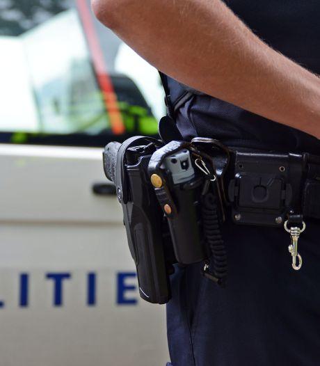 Ouders zijn op vakantie: feestje van dochter loopt uit de hand, politie gebruikt wapenstok